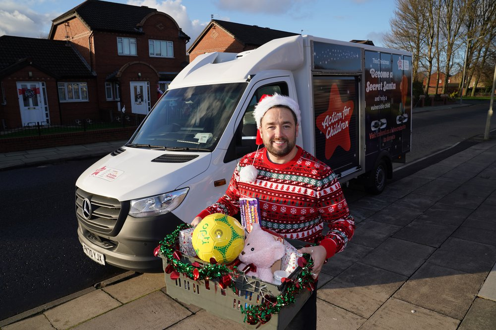 Jason Manford delivers food to families from Iceland to support Secret Santa campaign