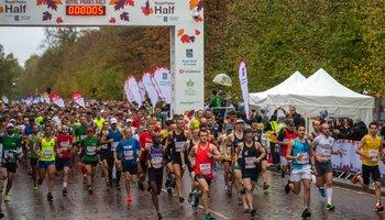Runners in Royal Parks Half Marathon crossing start line